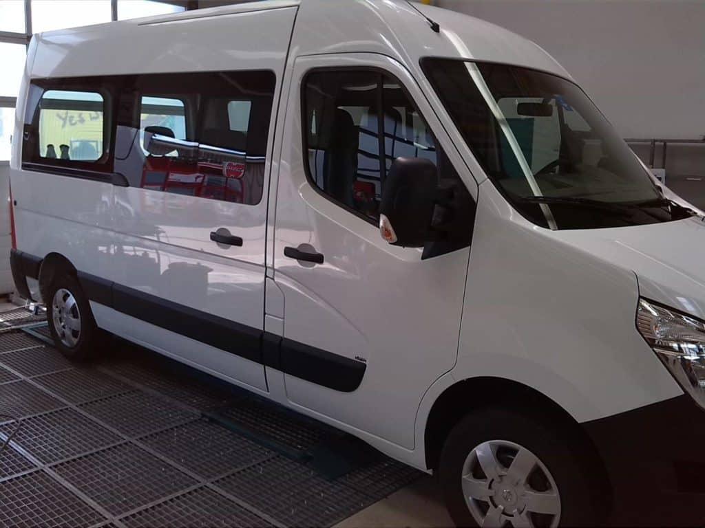 Ein Nissan Lieferwagen vor der Bearbeitung mit Digitaldruck