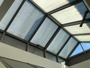 Sonnenschutzlack bei Dachkuppeln eines Autohauses