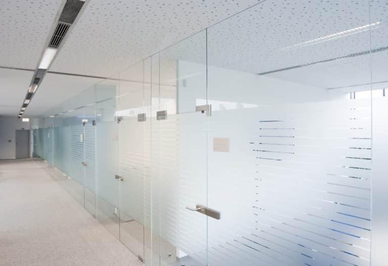 Glasdekor als schöne Alternative zu kalten Wänden.